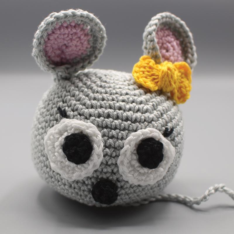 Bei uns sind die Mäuse los! ❤ Häkelmaus Bianca mit gelber Schleife.